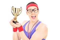 Młody męski mistrz trzyma trofeum Obraz Stock