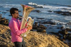 Młody męski muzyk bawić się trąbkę na dennego wybrzeża hobby Zdjęcia Royalty Free