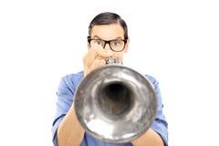 Młody męski muzyka dmuchanie w trąbkę Fotografia Royalty Free