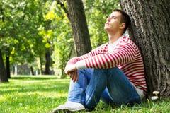 Młody męski odpoczywać w parku Zdjęcie Stock