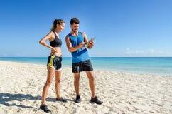 młody męski osobisty trener przy plażą Zdjęcia Stock