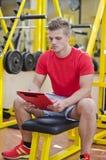 Młody męski osobisty trenera czytanie od schowka Obraz Stock