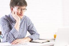 Młody męski patrzeje ekran komputerowy Fotografia Stock