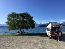 Młody męski podróżniczy camping w samochodzie dostawczym w Wanaka, Nowa Zelandia o fotografia royalty free
