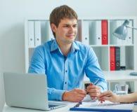Młody męski pracownik asekuracyjna agencja wchodzić do w kontrakt z kobietą Biznes, biuro, prawo i legalny pojęcie, zdjęcie stock