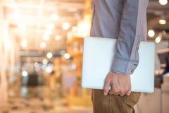 Młody męski ręki mienia laptop w Wydziałowym sklepie Fotografia Stock