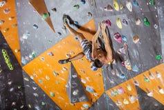 Młody męski rockowy arywista w salowym wspinaczkowym gym Zdjęcie Royalty Free