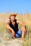 Młody męski rolnik w polu Zdjęcie Royalty Free