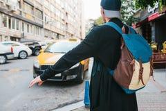 Młody męski turysta z plecakiem w dużym mieście czeka taxi journeyer Zwiedzać Podróż obraz stock