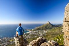 Młody męski wycieczkowicza obsiadanie na skale przy Kasteelspoort Wycieczkuje ślad w Stołowym Halnym parku narodowym w Kapsztad Fotografia Royalty Free