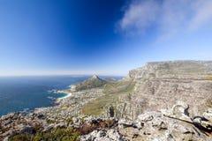 Młody męski wycieczkowicza obsiadanie na skale przy Kasteelspoort Wycieczkuje ślad w Stołowym Halnym parku narodowym w Kapsztad Obrazy Royalty Free