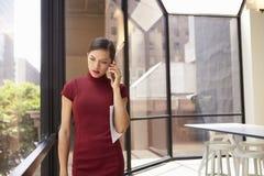 Młody młody biały bizneswoman używa telefon w nowożytnym biurze zdjęcia stock
