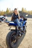 Młody małej dziewczynki obsiadanie na motocyklu ściga się, piękny mały rowerzysta na sporty jechać na rowerze w naturze Córka mot obrazy royalty free