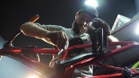 Młody mahanic naprawianie pedały na rowerze Zakończenie zbiory