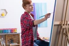 Młody malarz przy pracą w jej studiu fotografia royalty free