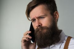 Młody manwith telefon obrazy royalty free