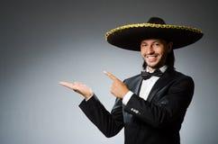 Młody meksykański mężczyzna jest ubranym sombrero obraz stock