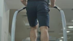 Młody mięśniowy mężczyzna pociąg iść na piechotę w gym na schody zbiory
