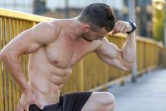 Młody mięśniowy młody człowiek robi exerciseson most Obrazy Stock
