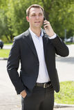 Młody miastowy fachowy mężczyzna opowiada na smartphone Obraz Stock