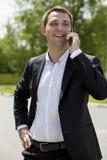 Młody miastowy fachowy mężczyzna opowiada na smartphone Fotografia Royalty Free