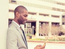 Młody miastowy fachowy mężczyzna używa mądrze telefon fotografia stock