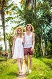 Młody miesiąc miodowy pary odprowadzenie wśród ryżowych poly Piękna wycieczka newleds Bali wyspa, Indonezja Natura, lato zdjęcie stock