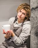 Młody modniś kobiety obsiadanie z białym cupin kuchnia Obraz Stock