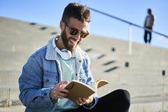 Młody modnisia blogger podróżnik w drelichowej kurtce pracuje outdoors inspirować pogodą Zdjęcia Royalty Free