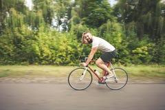 Młody modnisia mężczyzna jeżdżenia postu bicykl Zdjęcie Stock