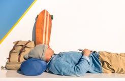 Młody modnisia mężczyzna ma sypialnego odpoczynek podczas podróży Zdjęcie Stock