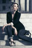 Młody mody biznesowej kobiety obsiadanie na krokach zdjęcie royalty free