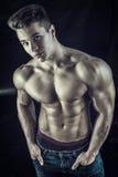 Młody muscleman stać bez koszuli na czarnym tle Obraz Royalty Free