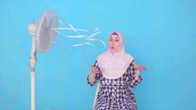 Młody Muzułmański kobiety cierpienie od gorącej pogody chłodniczego fan zdjęcie wideo