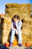 Młody nastolatek dziewczyny obsiadanie na słomie z pumkins na gospodarstwo rolne rynku Rodzinny odświętności dziękczynienie, Hall zdjęcia royalty free
