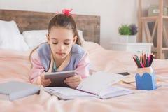 Młody nastolatek dziewczyny samotnie dzieciństwo w domu Zdjęcie Royalty Free