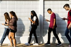 Młody nastolatek patrzeje w ich telefon obrazy stock
