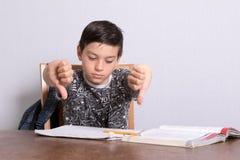 Młody nastoletni chłopak robi jego pracie domowej obrazy stock