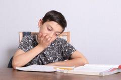 Młody nastoletni chłopak robi jego pracie domowej obraz royalty free