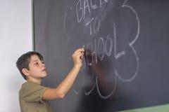 Młody nastoletni i blackboard z obraz royalty free