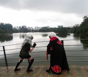 Młody nastoletni pary robić cosplay z czerni smokingowymi i białymi perukami Anime kostium zdjęcia royalty free