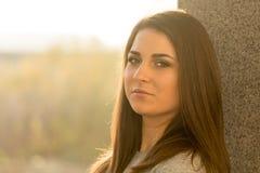Młody nastoletnia dziewczyna portreta headshot przeciw ścianie z poważnym spojrzeniem Fotografia Stock