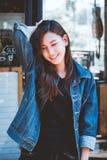 Młody nastoletniej dziewczyny wyrażenie pozuje na ściennym szklanym tle fotografia royalty free