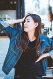 Młody nastoletniej dziewczyny wyrażenie pozuje na ściennym szklanym tle fotografia stock