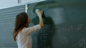 Młody nauczyciel wymazuje chalkboard zdjęcie wideo