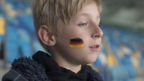 Młody niemiecki fan spęczenie po zapałczanej straty, futbolowy mistrzostwo, drużynowy poparcie zdjęcie wideo