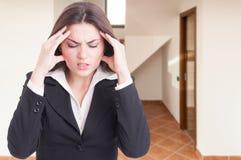 Młody nieruchomość konsultant z migreną zdjęcie stock