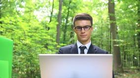 Młody obiecujący kierownik pełno kreatywnie pomysły pracuje outdoors w zielonym lesie zbiory wideo