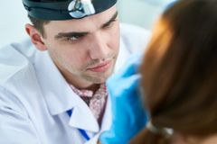 Młody Otolaryngologist Egzamininuje pacjenta zdjęcia royalty free