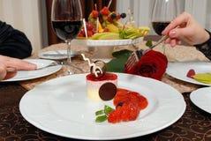 Młody pary łasowania deser przy restauracją Obrazy Royalty Free